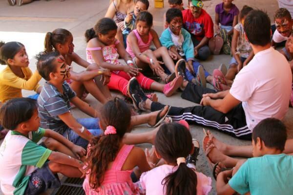 Voluntários levam oficinas de leitura e educação financeira a crianças e adolescentes