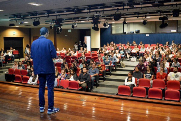 Aula sobre Documentação e Licenças é oferecida para estudantes de Gestão Estratégica de Facilities