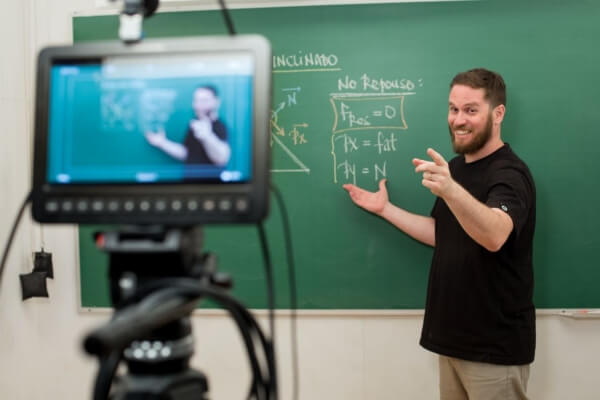 Pelo YouTube professores oferecem aprendizado e diversão - Educageral